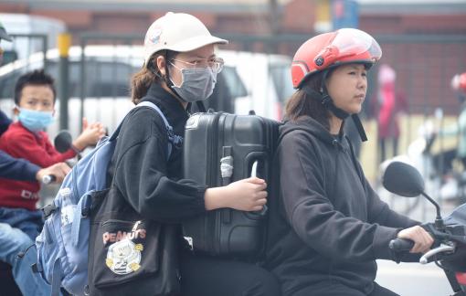 Hà Nội: Phụ huynh cho con nghỉ học, nhiều trường dừng hoạt động, sinh viên ùn ùn kéo về quê