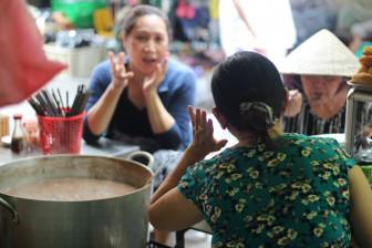 Quầy ăn sáng của người phụ nữ khiếm thính trong chợ Vườn Chuối