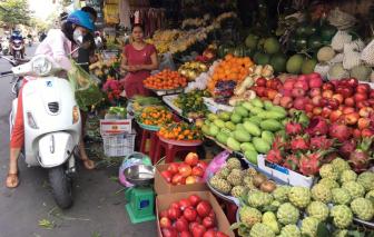 Trái cây, hoa cúng... tăng giá trước Tết