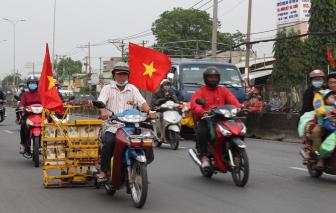 Người đàn ông chống đinh tặc vui tết trên quốc lộ