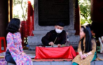 Ngày tết ở đền thờ Vua Quang Trung, trên đỉnh núi Quyết bên bờ Sông Lam