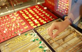 """Giá vàng tiếp tục giảm nhưng vẫn """"bỏ xa"""" vàng thế giới"""