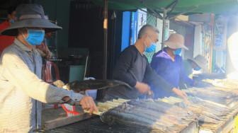 Xuyên đêm nướng cá lóc bán ngày vía Thần Tài