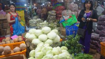 Trái cây, hoa cúng rằm tháng Giêng về chợ tăng, giá vẫn cao