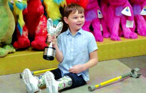 Cậu bé cụt hai chân gây quỹ giúp người bạn tàn tật như mình
