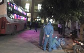 Xe khách chở người Trung Quốc bị chặn, người dẫn đường nhảy xuống ao bỏ trốn