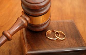 """Khi nào chồng """"cặp bồ"""" mà không vi phạm pháp luật?"""