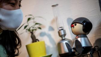 """Robot – """"bạn đồng hành"""" của phái nữ Nhật Bản mùa COVID-19"""