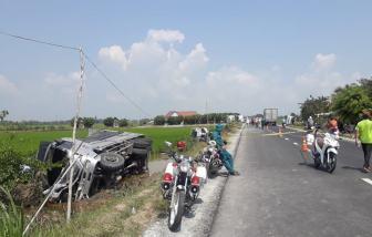Xe khách bị xe tải đâm văng xuống ruộng lúa, nhiều người thương vong