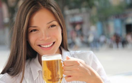 Uống bia hóa ra lại tốt cho da mặt