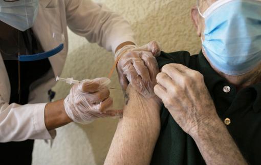 Nan giải quanh việc người già từ chối tiêm vắc-xin COVID-19