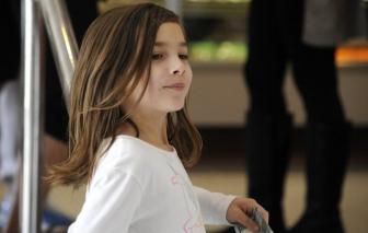 Bé gái 7 tuổi tự gây quỹ quyên góp cho ca phẫu thuật não của chính mình