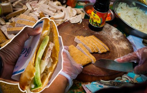 Chen chân mua bánh mì vỉa hè có từ những năm 1940