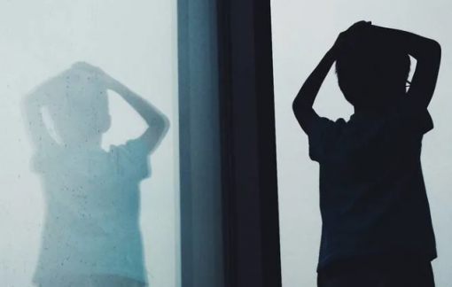Bạn của cha chạm vào vùng nhạy cảm của con là bình thường?