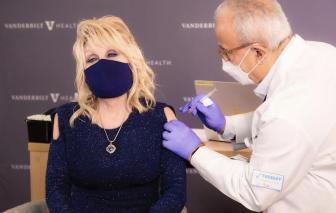 """""""Áo tiêm vắc xin"""" trở thành cơn sốt"""
