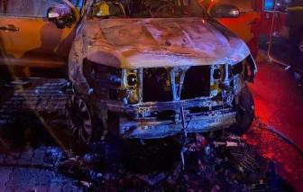 Ô tô kéo lê xe máy lên vỉa rồi cùng bốc cháy, 2 người thương vong