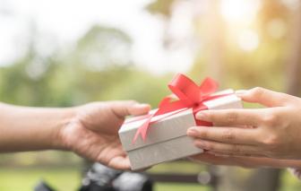 """Tôi sợ những món quà """"trả góp"""" từ chồng"""