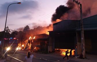 Cháy lớn thiêu rụi 3 nhà xưởng và 3 ki-ốt ở Bình Dương
