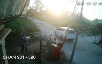 Clip vụ tai nạn đường sắt ở Quảng Ngãi làm bé trai 1 tuổi chết thảm: Gác chắn chưa được kéo xuống kịp thời