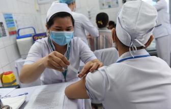 Hơn 100 y, bác sĩ của Bệnh viện Bệnh nhiệt đới TPHCM được tiêm vắc-xin ngừa COVID-19