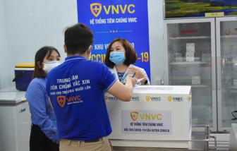 Lô vắc-xin ngừa COVID-19 đã đến Bệnh viện Bệnh nhiệt đới, chuẩn bị tiêm cho y, bác sĩ