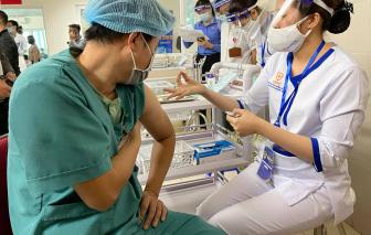 Bệnh viện Thanh Nhàn tiêm ngừa COVID-19 cho 30 nhân viên y tế đầu tiên