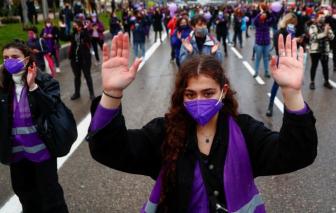 Hàng ngàn phụ nữ tụ tập đòi bình đẳng, lên án bạo lực ở Tây Ban Nha