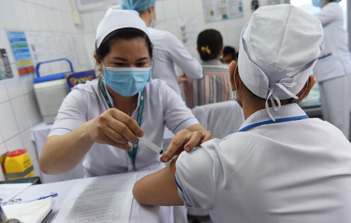 Sức khỏe của các y, bác sĩ sau 2 ngày tiêm vắc-xin ngừa COVID-19