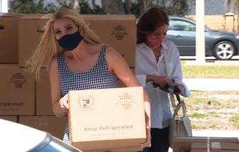Ivanka Trump đi giao thực phẩm cứu trợ mùa COVID-19