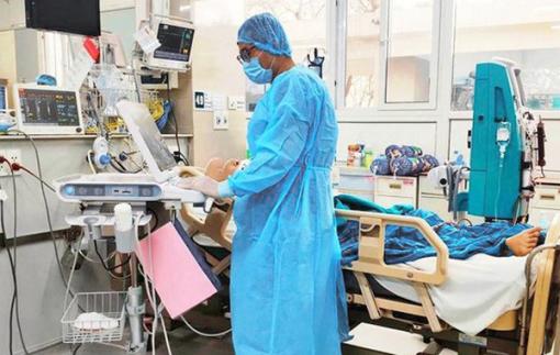 Việt Nam đã chữa khỏi 2.004 người mắc COVID-19, ca nặng nhất đang tập thở