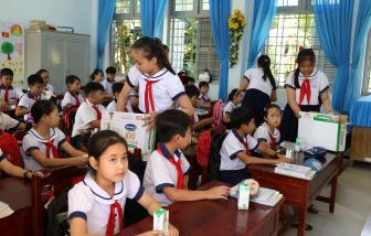 """4 năm triển khai, Sữa học đường tỉnh Bến Tre """"được lòng"""" cả thầy, trò, phụ huynh"""