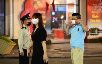 Phố đi bộ quanh Hồ Hoàn Kiếm hoạt động trở lại, người dân được nhắc đeo khẩu trang