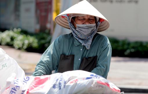 Người Sài Gòn mệt mỏi mưu sinh trong nắng nóng
