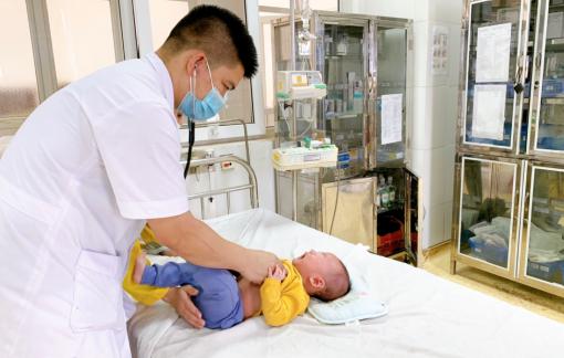 Em bé bị bỏng do mẹ rửa mũi nhầm cồn 90 độ