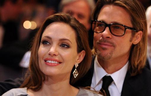 """Angelina Jolie """"tung đòn chí mạng"""" với Brad Pitt"""