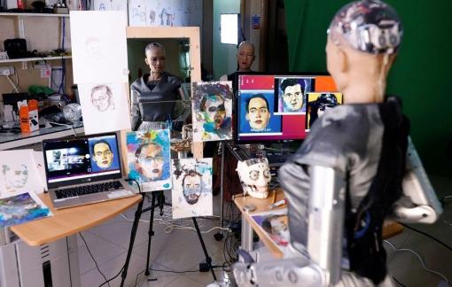 Người máy vẽ tranh bán đấu giá, ngỏ ý hợp tác với con người