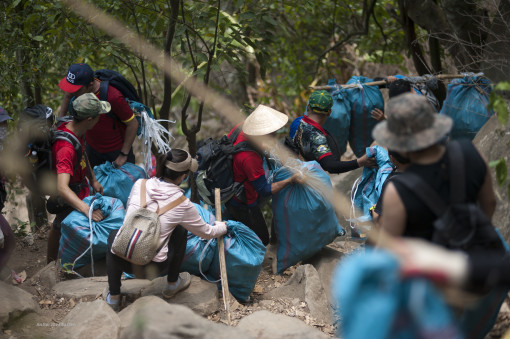 """Nhặt rác trên núi Bà Đen và ý thức """"tệ hại"""" của người leo núi không chuyên"""