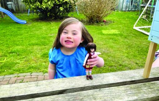 Cô bé bị hội chứng Down trở thành cảm hứng để làm búp bê