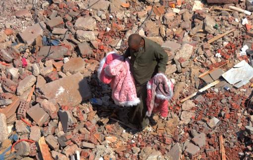 Bé 6 tháng tuổi sống sót kỳ diệu trong đống đổ nát của một tòa chung cư ở Ai Cập