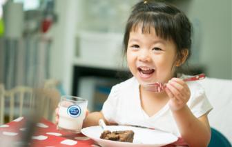 Cô Gái Hà Lan mách mẹ về lợi ích bất ngờ nhờ uống sữa tươi trong bữa sáng cho bé