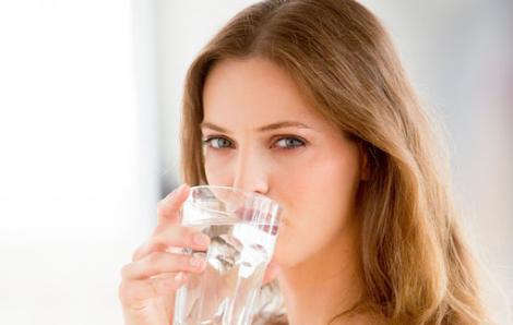 Uống nước ấm mỗi ngày làm sáng da