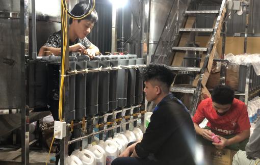 Phát hiện cơ sở sản xuất nước giặt giả nhãn hiệu Dnee