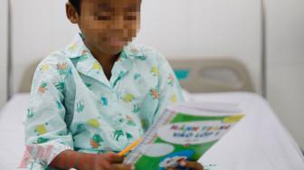 Cậu bé tiếp tục đến trường nhờ quả thận của cha