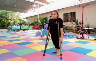 Tám lần gãy xương, cô gái quyết học để thành dược sĩ