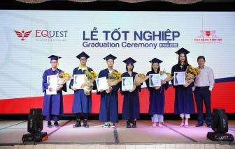 Trao tặng 16 suất học bổng với tổng giá trị 100 triệu đồng cho các tân khoa suất sắc tại lễ tốt nghiệp của Trường cao đẳng Việt Mỹ