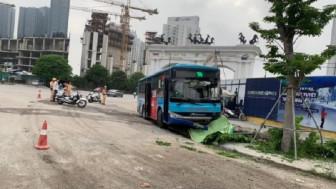 Xe buýt lao lên vỉa hè tông chết người đi bộ, tài xế nói gì?