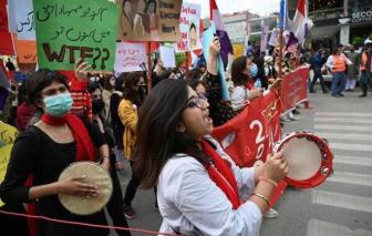 Thủ tướng Pakistan bị chỉ trích vì cho rằng cách ăn mặc của phụ nữ là nguyên nhân của các vụ hiếp dâm