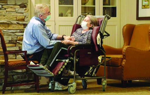 Cặp vợ chồng già đoàn tụ sau một năm bị COVID-19 chia cắt