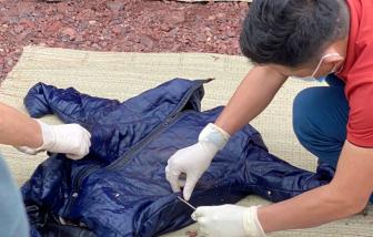 Bộ xương người nằm trong nhiều lớp áo dạt vào bờ biển