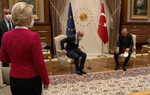 """Châu Âu """"dậy sóng"""" khi nữ Chủ tịch Ủy ban EU phải đứng vì không có ghế ngồi danh dự"""